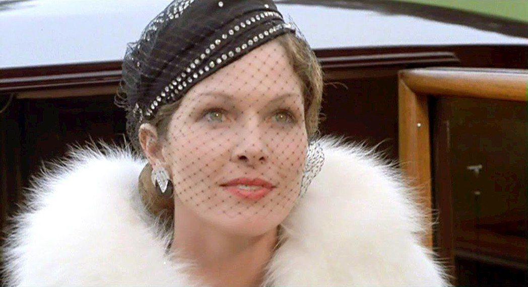 舊版「尼羅河上謀殺案」電影由龐德女郎露易絲琪麗扮演美麗的富家千金。圖/摘自imd...