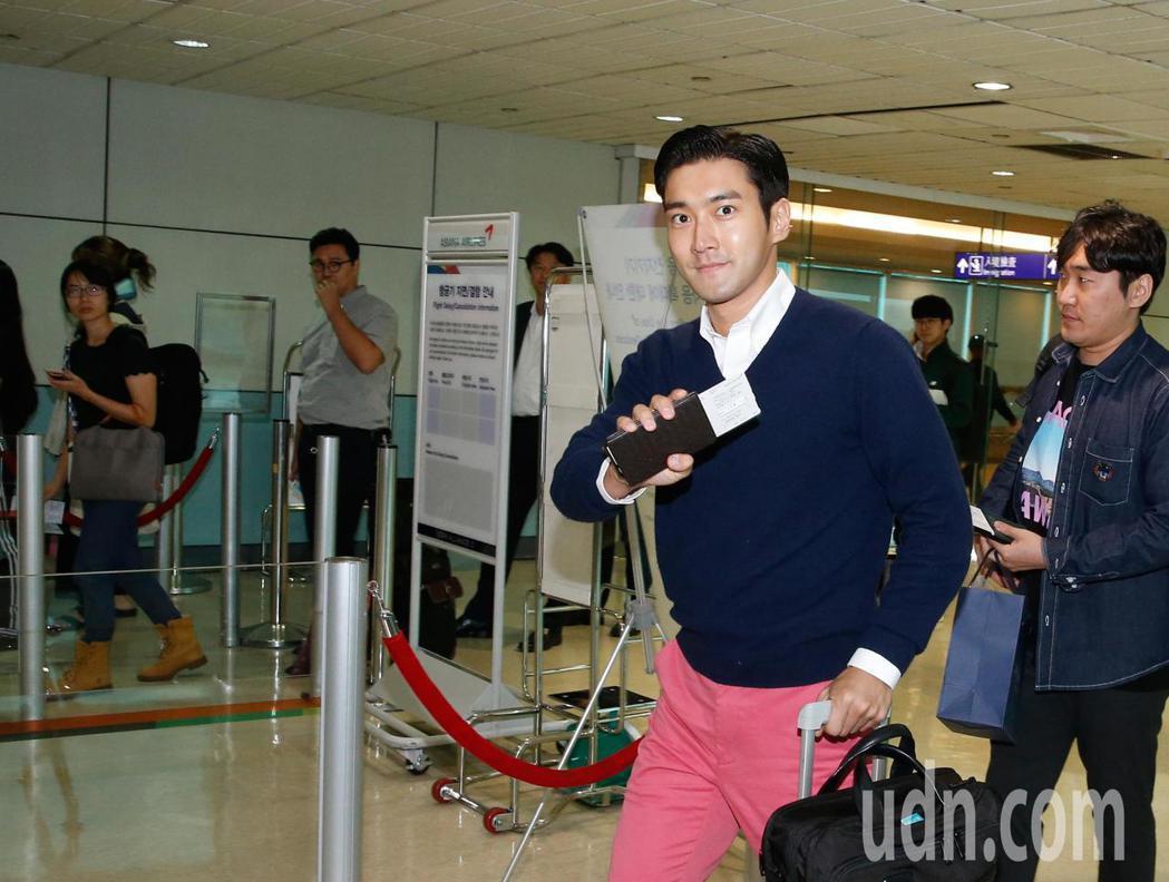 韓團Super Junior的崔始源中午離台,登機前還揮手向台灣。記者鄭超文/攝...