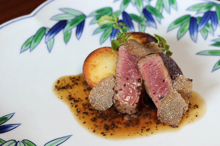 Ukai鐵板燒秋季主餐選擇之一的黑毛但馬和牛佐蕈菇醬。圖/高雄晶英國際行館提供