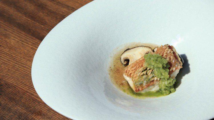 運用鐵板燒技巧製作的脆鱗甘鯛燒佐松本茸。圖/高雄晶英國際行館提供