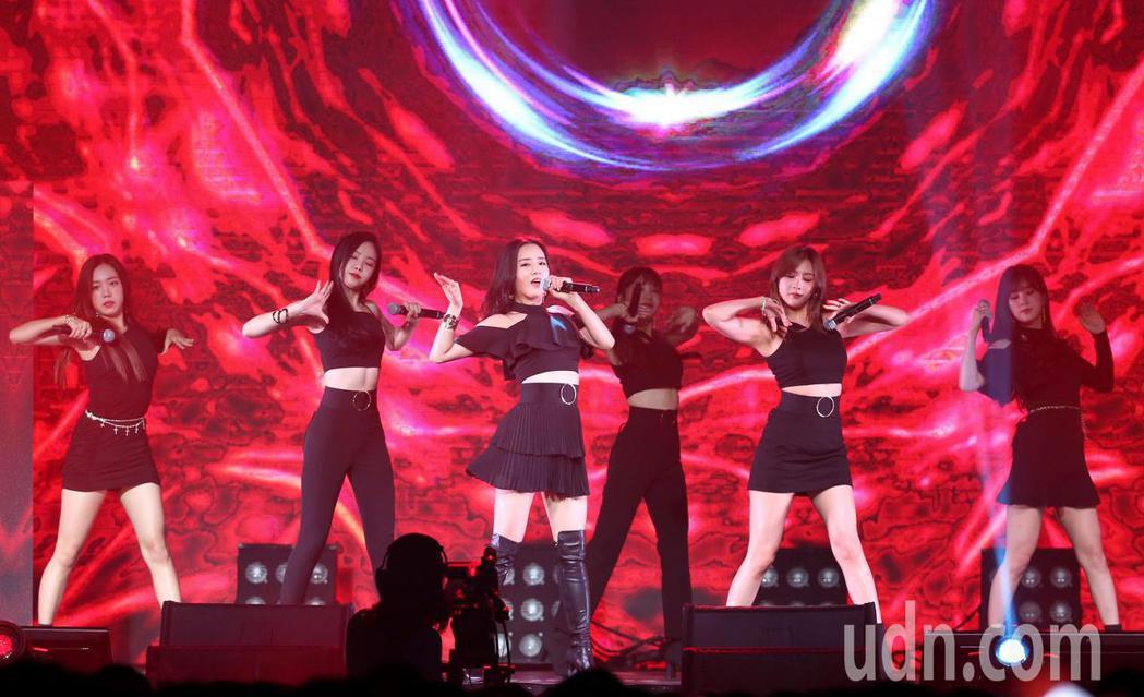 韓國女團Apink紀念成軍七年,晚間在台北舉辦演唱會。記者林澔一/攝影