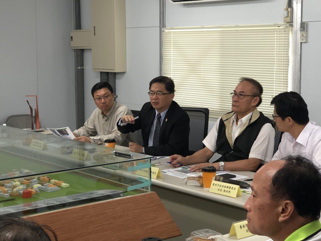 台南市代理市長李孟諺(左二)了解新吉工業區進度。圖/台南市經濟發展局提供