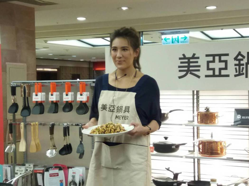 小禎今天現身做菜展現廚藝。圖/讀者提供