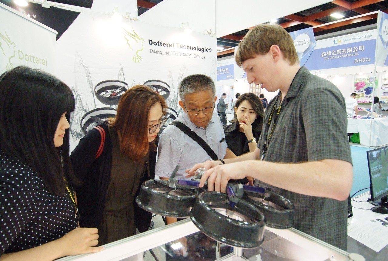 2018台灣創新技術博覽會」紐西蘭無人機廠商與參觀者互動熱絡。貿協提供
