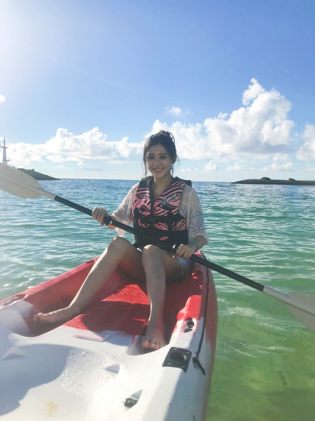 林逸欣在沖繩開心划獨木舟。圖/鑫羽工作室提供