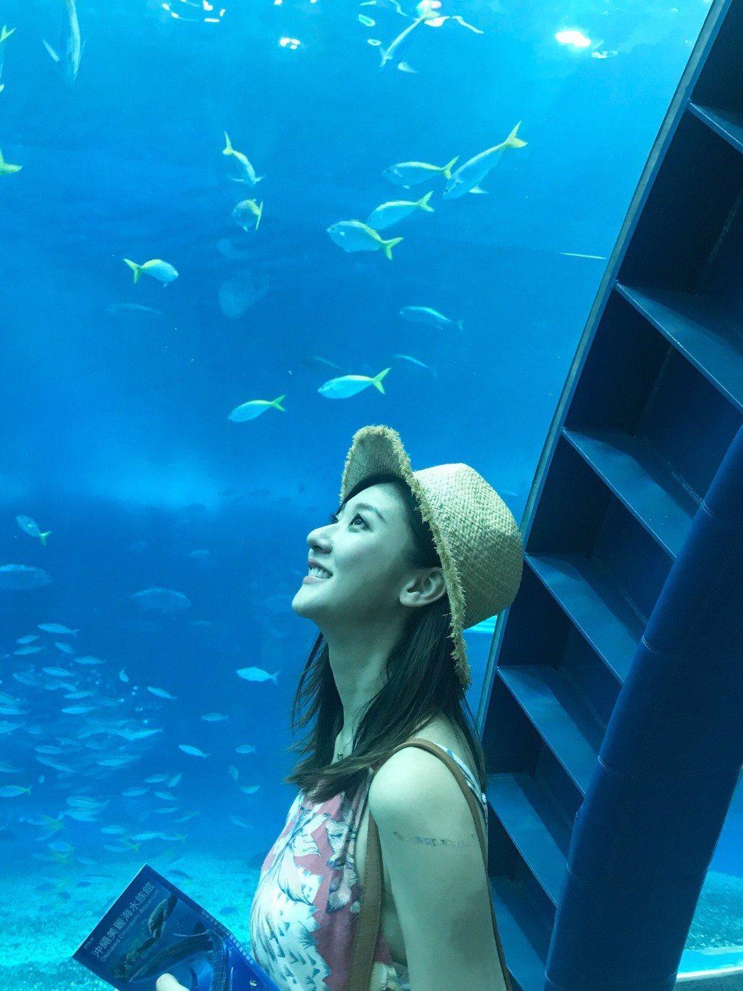 林逸欣到沖繩的著名景點美麗海水族館參觀。圖/鑫羽工作室提供