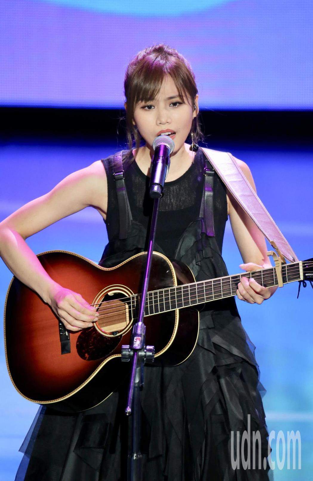 廣播金鐘獎今晚舉辦頒獎典禮,中場表演節目由歌手吳汶芳演唱。記者許正宏/攝影