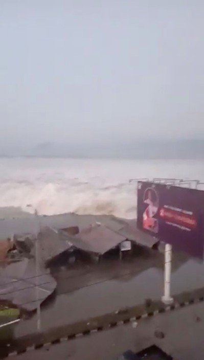 網友拍攝的影片顯示海嘯撲向巴路海岸的那一刻。(路透)