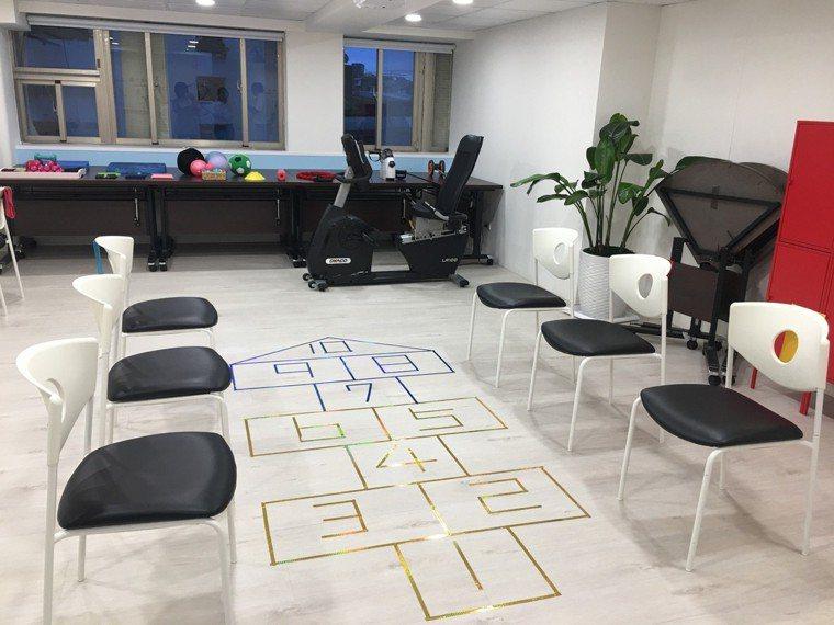 小團體運動可以互相學習、刺激,對延緩失智更有效。 攝影╱陳韻如、吳貞瑩