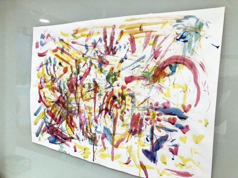 廣告顏料的共同創作,看得出長者揮灑筆觸很狂野。 攝影╱陳韻如、吳貞瑩