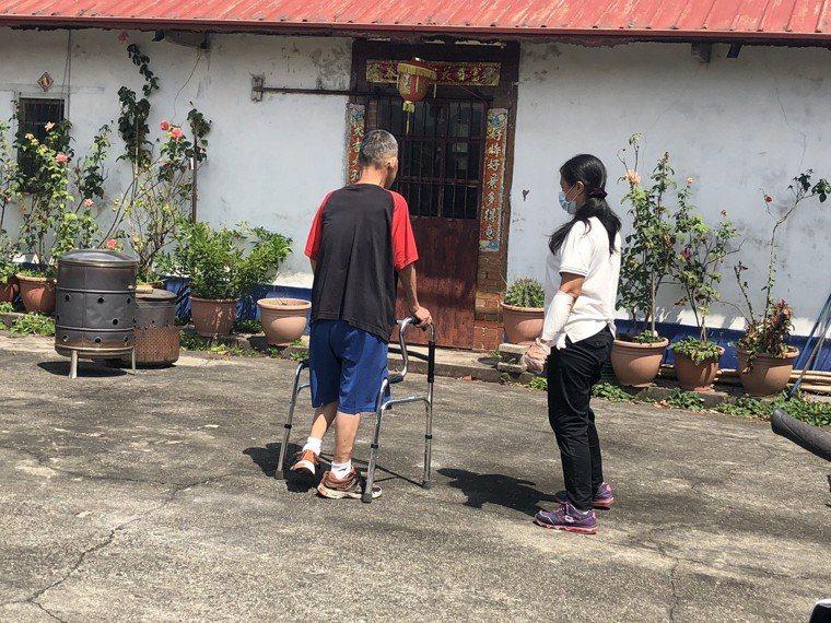1.周先生自行使用四腳助行器走一段路。 攝影╱陳郁菁