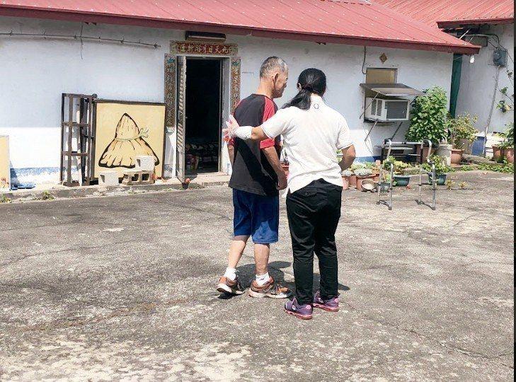 4.最後,周先生可以放手走路,完成復能練習。 攝影╱陳郁菁