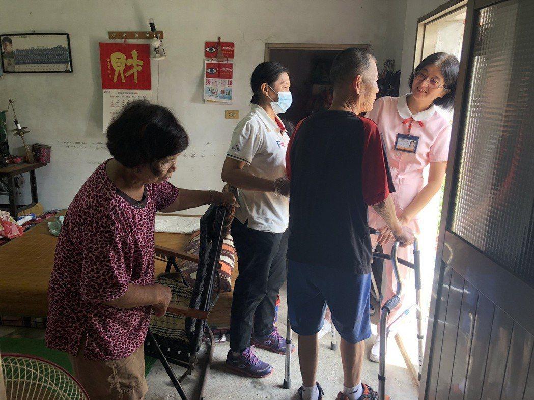護理師陳智菁(右一)正在查看周先生的健康情況,也給家屬專業意見。 攝影╱陳郁菁