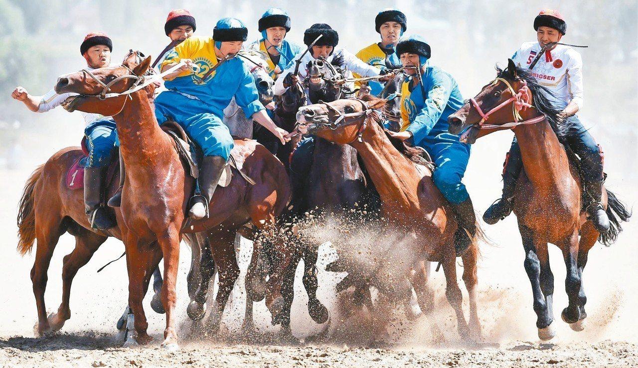 俄國隊(白衣)與哈薩克隊(藍衣)在遊牧民族運動會的叼羊競賽激戰。 (法新社)