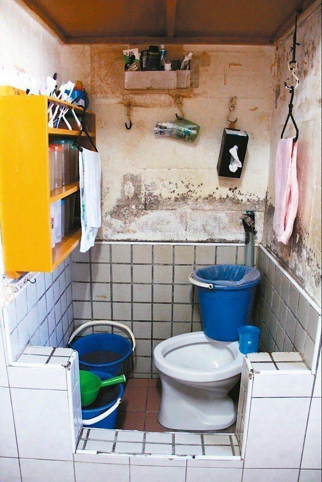 台北監獄由於年代久遠,加上早期設計通風不佳,牆上的漆也容易斑駁掉落。 圖/聯合報...