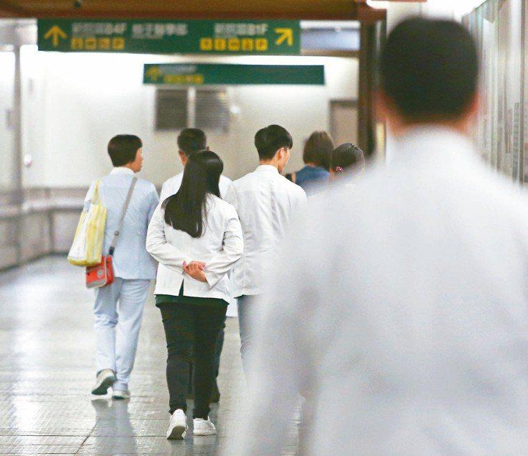 醫界也是一直以來的過勞族群。 本報資料照片