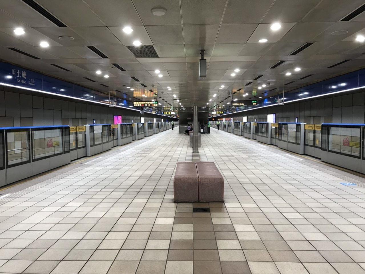 台北捷運月台門,總算在本月底前全數完成,最後一站完成的為土城站。 圖/台北捷運公...