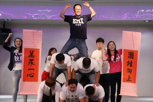 國民黨台北市長參選人丁守中(中)在青年後援會成立會場 ,與青年軍一起玩疊羅漢。 ...