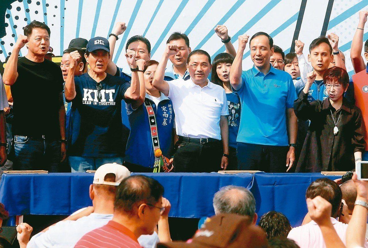 侯友宜(前中)上午成立「市民總部」,前總統馬英九(前左二)、新北市長朱立倫(前右...
