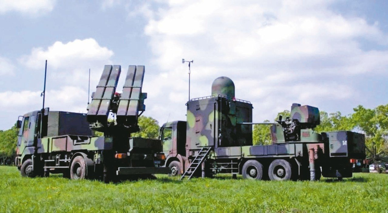 中科院以「勁弩」專案為名,研發出以40公釐機砲與劍二陸射型飛彈(左)搭配的近程防...