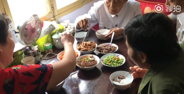 李爺爺家裡規定使用公筷母匙。取自微博