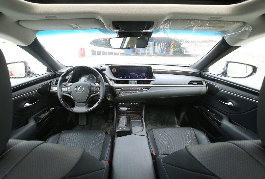 LEXUS ES250擁有兼具質感及科技化的內裝風格。 記者林澔一/攝影