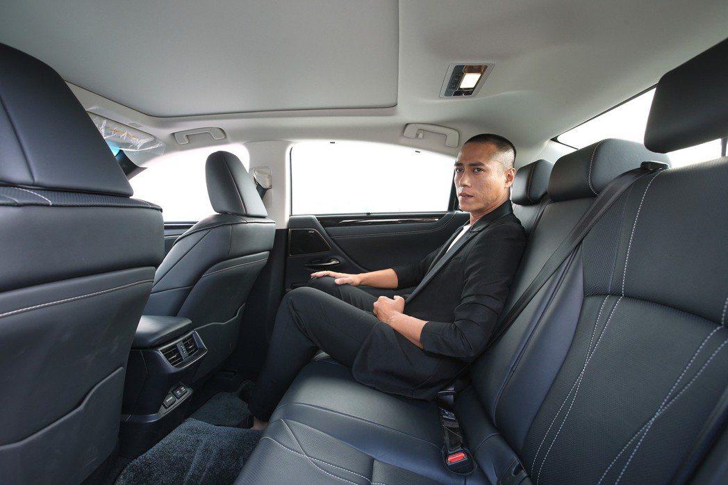 莊凱勛體驗LEXUS ES250的舒適乘坐空間。 記者林澔一/攝影