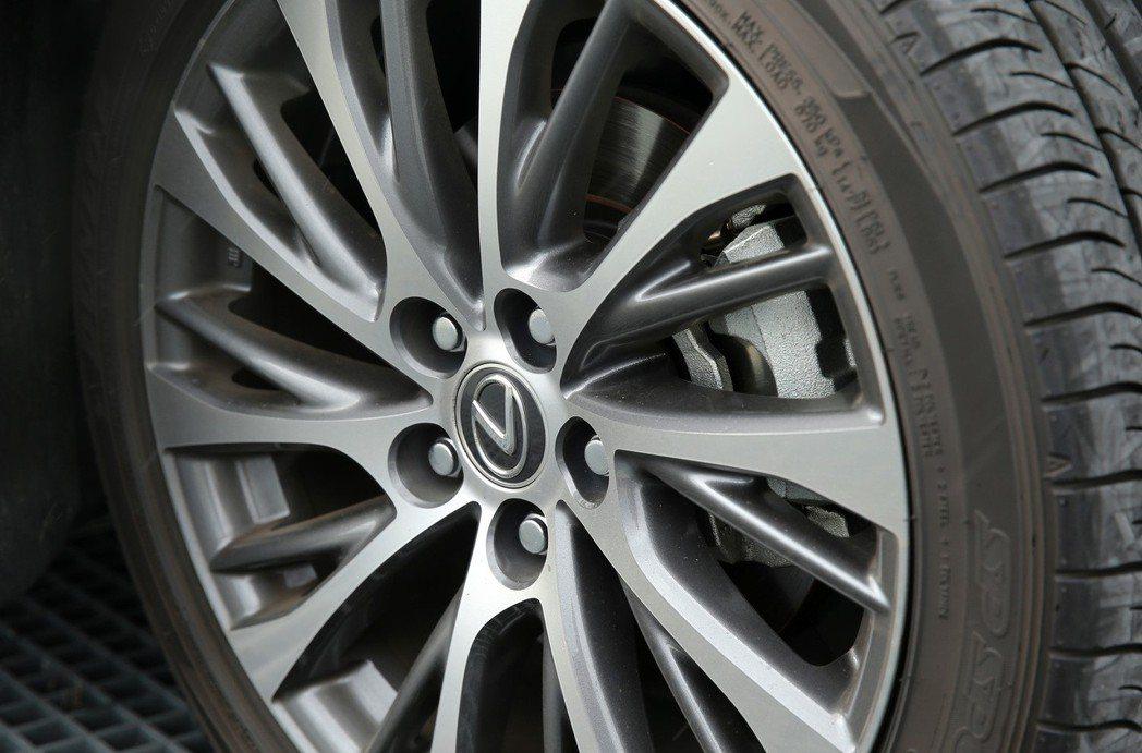 ES250配備235/45R18輪胎,輪圈造型則是更具個性的銃黑鋁圈。 記者林澔...