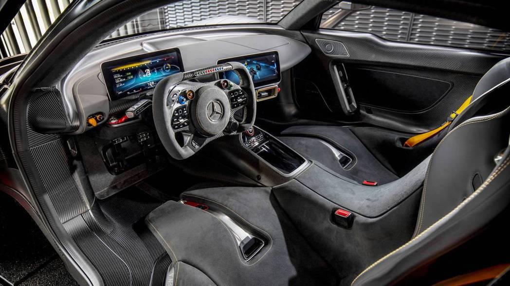 進入移動展間便能體驗AMG ONE的座艙。 摘自Mercedes-AMG