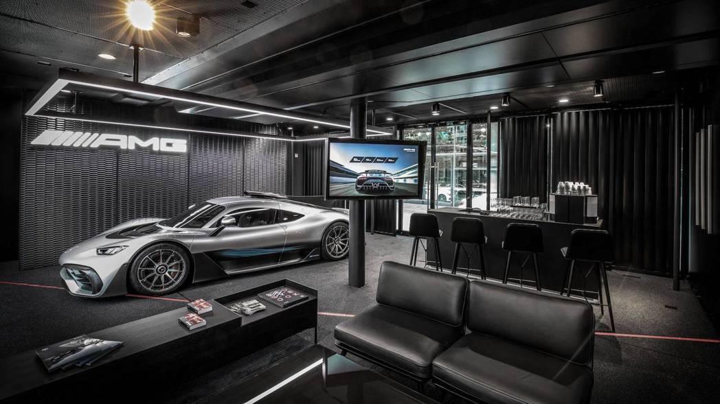 就像一般展間,有咖啡吧、休息區與大螢幕等服務。 摘自Mercedes-AMG