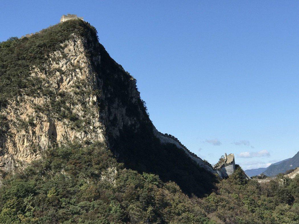 箭扣長城著名的「鷹飛倒仰」景點就在此處敵樓的下方,呈現七、八十度的陡坡。 特派記...