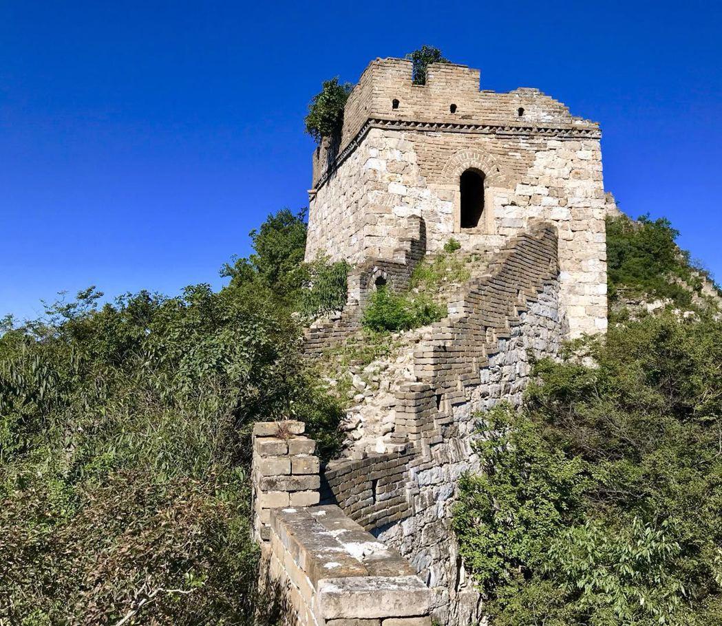 費了一番功夫,北京箭扣野長城南段的高點「鎮北樓」已在眼前,但俗話說:「看山近,跑...
