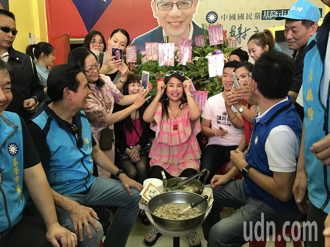 馬英九在謝立功總部吃炒米粉被大批粉絲包圍,被問到會不會不自在,他竟歪頭用嗲音說,...