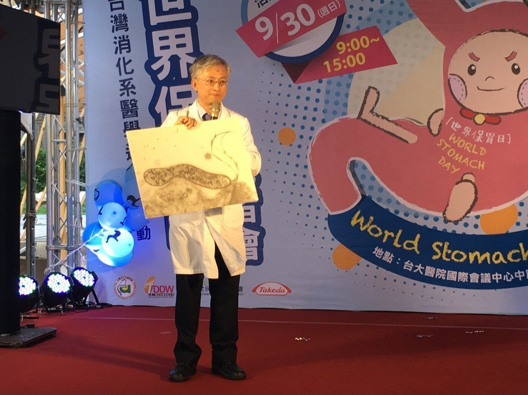 醫師李宜家表示,要降低幽門螺旋桿菌感染,民眾需有良好衛生習慣,聚餐使用公筷母匙。...