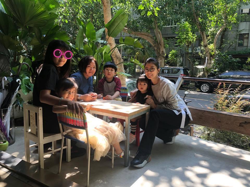 賈靜雯周末「曬小孩」。圖/摘自臉書