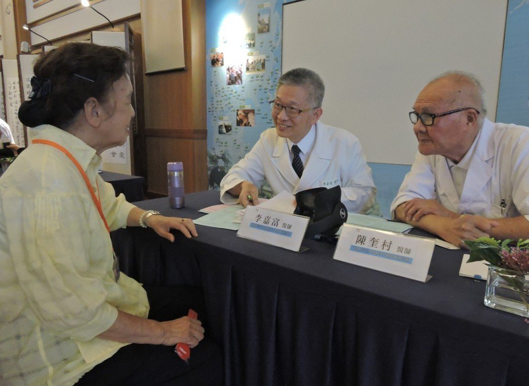 其中,今年102歲的台裔日本籍醫師田中旨夫(右)也在這次活動當中協助義診,已是百...