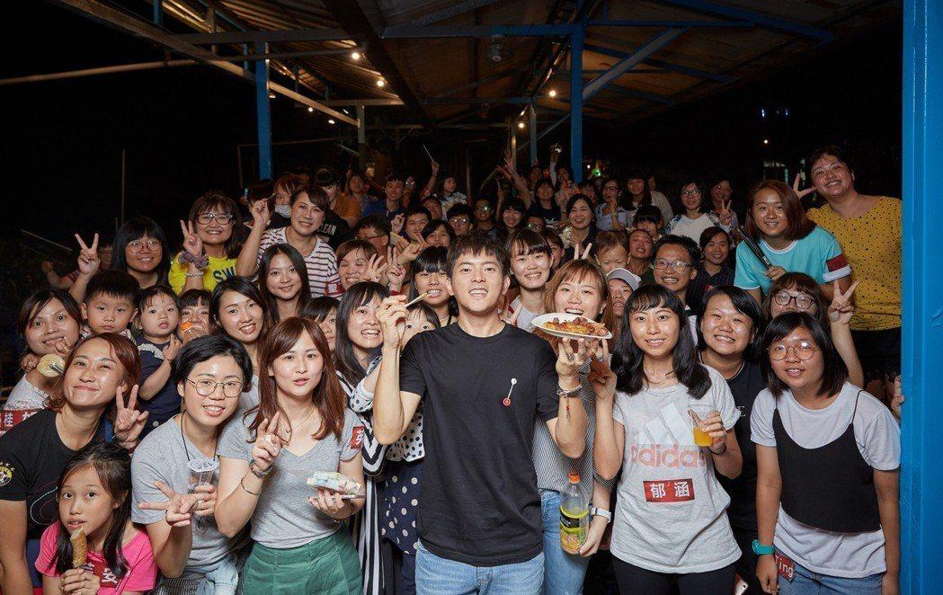 宥勝與粉絲宿營同樂。圖/王室娛樂提供