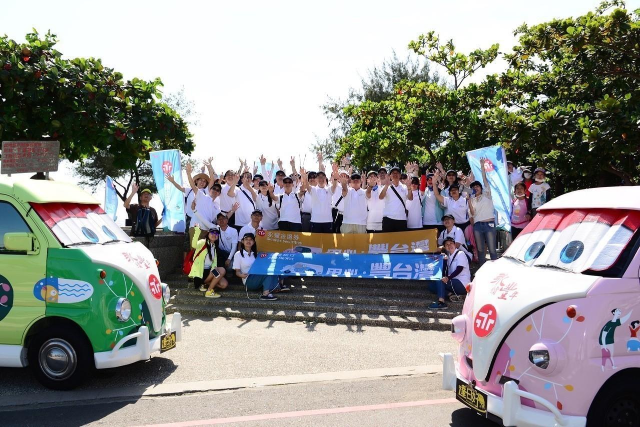 永豐胖卡環島做公益 台南百人淨灘