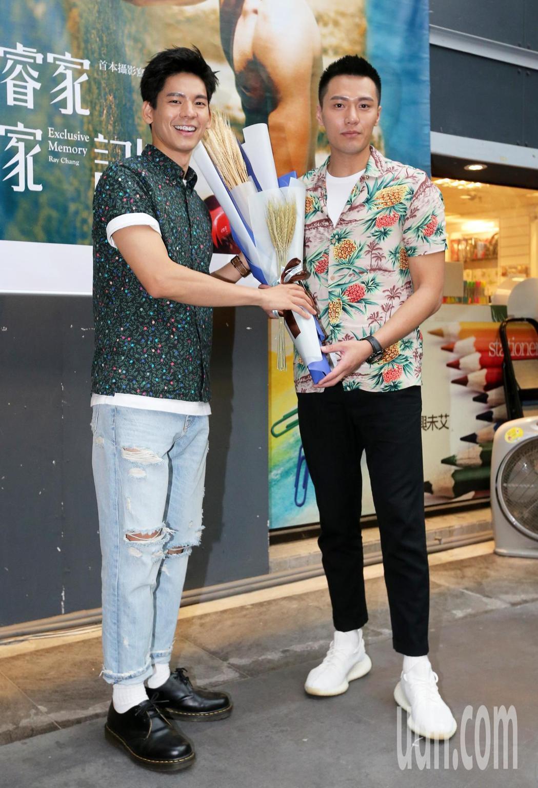 張睿家(右)舉辦新書簽名見面會,師弟林柏宏擔任嘉賓。記者胡經周/攝影