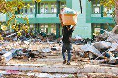 印尼強震海嘯增至832人亡 災民打劫超市填肚子