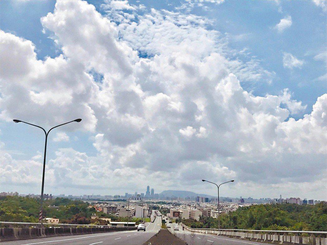 從大寮騎往高雄市區的風景。