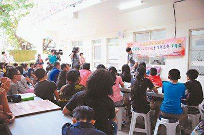 甜點師父江舟航帶領學童一同手作獨有的六龜月餅。