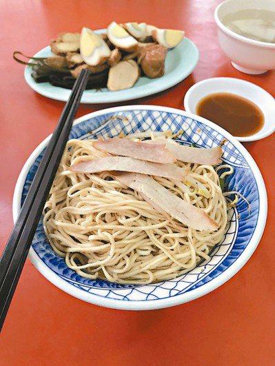 鴨肉麵店吃大碗乾麵,再搭配無限暢飲的鴨骨清湯。
