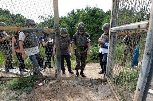 在北韓偷埋地雷導致兩士兵重殘後,南韓軍方在事發地附近進行現場調查。 美聯社