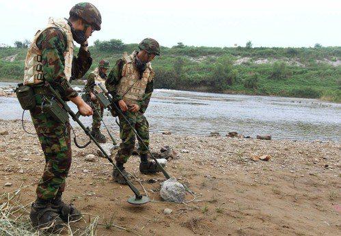 南韓軍人2010年在接近兩韓邊界的漣川郡掃雷。 美聯社