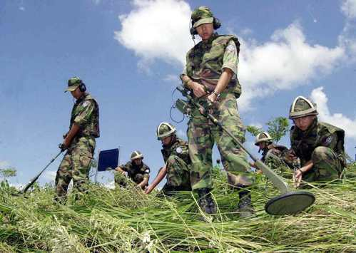 兩韓邊界曾發生洪水將北韓地雷沖到南韓造成傷亡事件。圖為南韓軍人在漣川郡一處稻田搜...