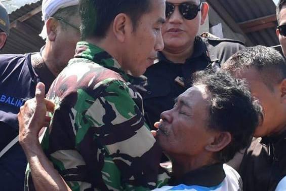 印尼總統佐科威(左)視察蘇拉威西島地震海嘯災區時,和災民擁抱。 圖/摘自佐科威臉...