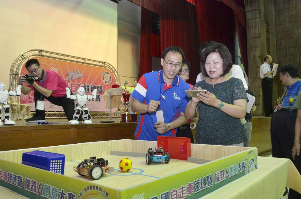 勞動部長許銘春現場操作機器人與來賓PK足球,場面熱鬧有趣。雲嘉南分署/提供