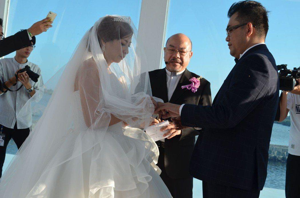 新娘為新郎戴上戒指,圓滿幸福婚姻。  陳慧明 攝影