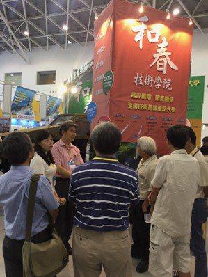 高雄國防海事展會現場,副校長呂綺修(左二),認真為來訪嘉賓介紹學校創新加值之成果...